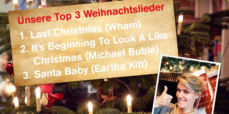 Auf einer Tafel stehen verschiedene Weihnachtslieder. Eine Frau lächelt in die Kamera und streckt den Daumen hoch.