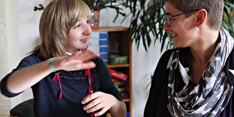 Ein 14-jähriges Mädchen spricht mit ihrer Mutter.