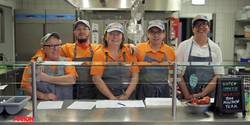 Die Mitarbeiter Der Mensa Waltrop stehen nebeneinander an der Speisenausgabe