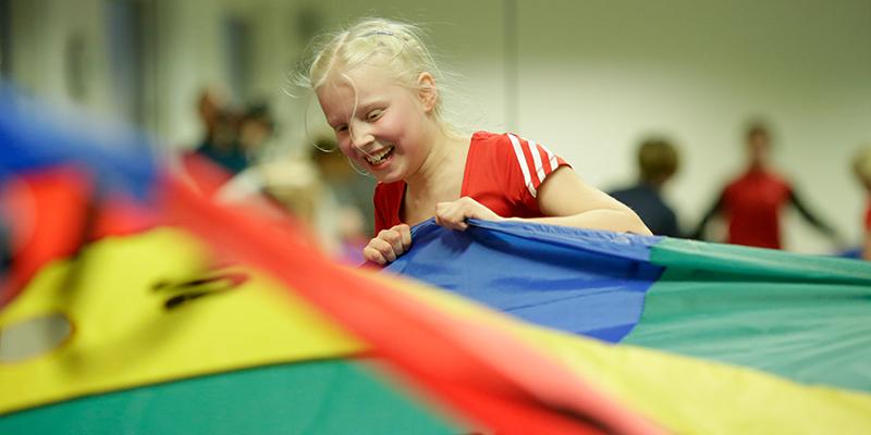 Mädchen beim Bewegungstraining in der Sporthalle
